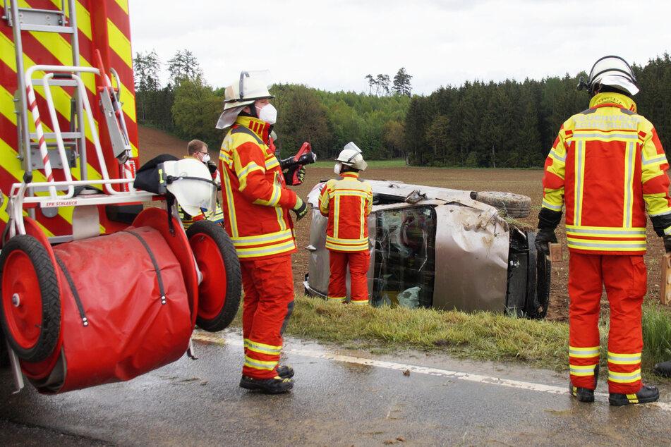 Der Wagen der 22 Jahre alten Autofahrerin kam nach dem Unfall nahe Schierling in Bayern auf der Beifahrerseite zum Liegen.