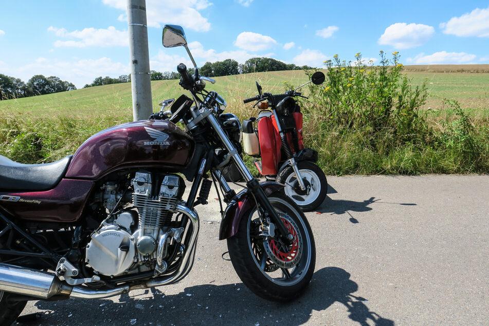 Ein Moped und ein Motorrad krachten am Donnerstag bei Hartenstein frontal ineinander.