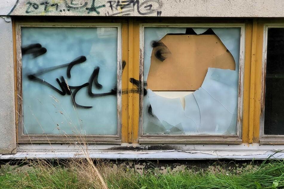 Zugang verschafften sich die Täter durch ein eingeschlagenes Kellerfenster.