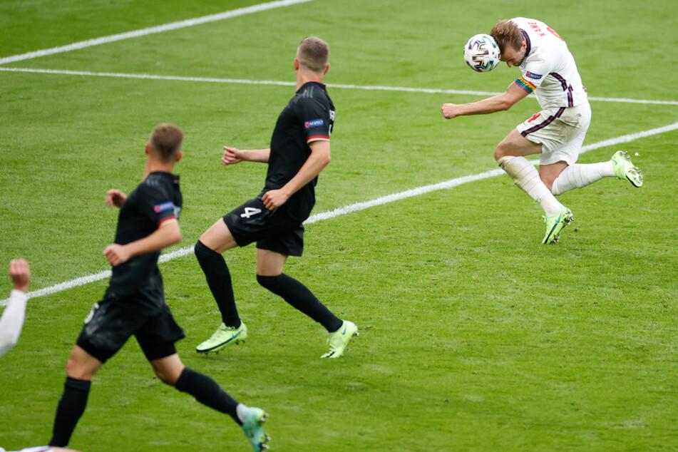 Der Treffer, der das Spiel entschied: Harry Kane (27, r.) erzielt das 2:0 für England. Die deutschen Abwehrspieler schauen nur zu.