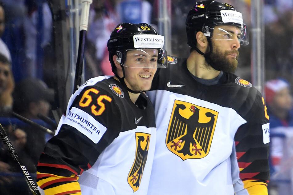 Marc Michaelis (25, l.) und Matthias Plachta (29) beim Eishockey-Länderspiel der Deutschen Nationalmannschaft gegen Finnland.