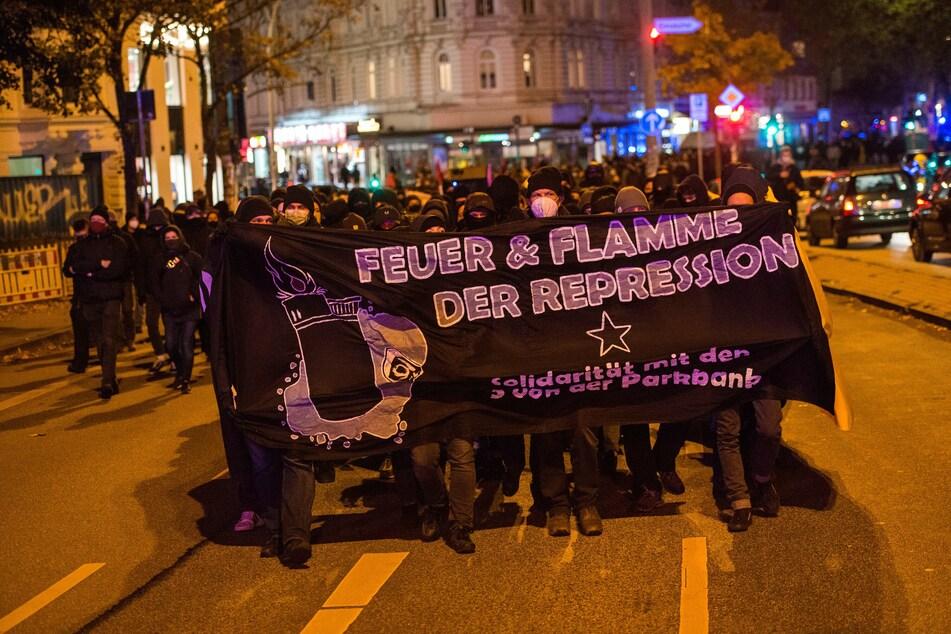 Hamburg: Anschläge zum G20-Jahrestag geplant? Linke fordern Freiheit für Parkbank-Trio