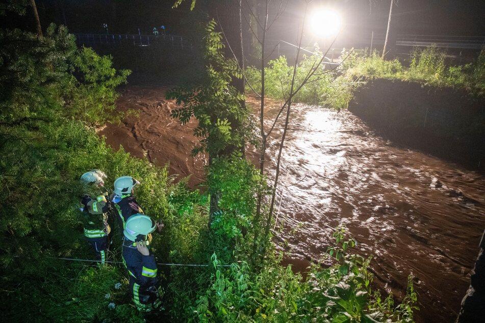Im Jöhstädter Ortsteil Steinbach wurde am Dienstagabend ein Mann (53) von den Wassermassen mitgerissen - er wird seitdem vermisst.
