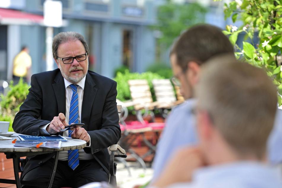 Der Bundestags-Direktkandidat Frank Heinrich (57, CDU) stellte im Café Michaelis sein Wahlprogramm für Chemnitz vor.