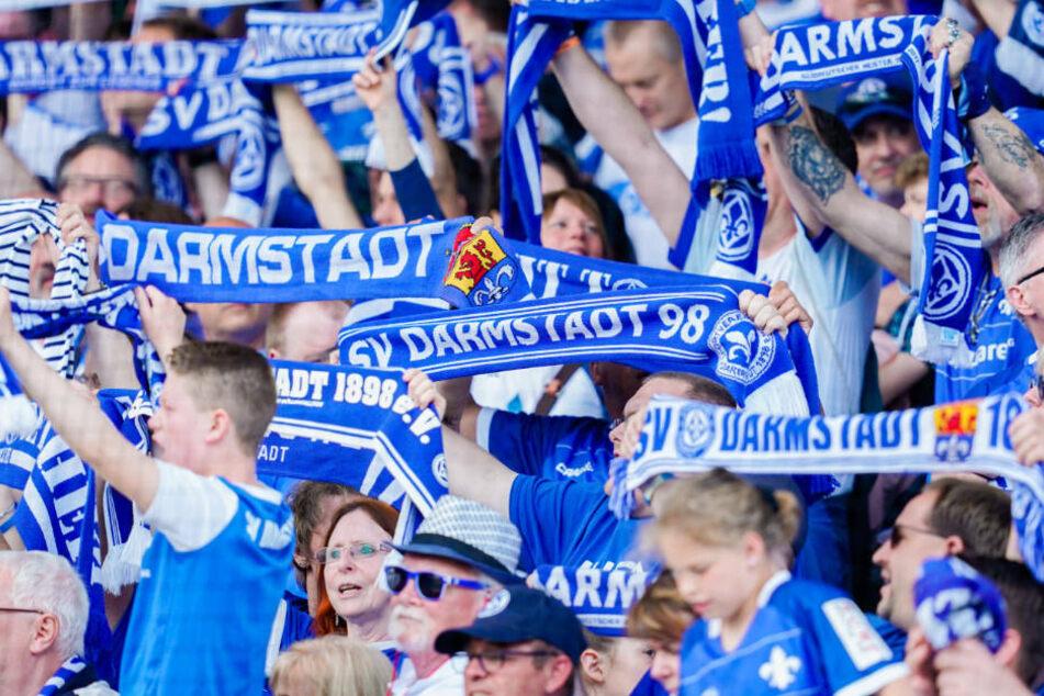 Zunächst sind allerdings nur 500 Zuschauern im Merck-Stadion am Böllenfalltor erlaubt (Archivbild).