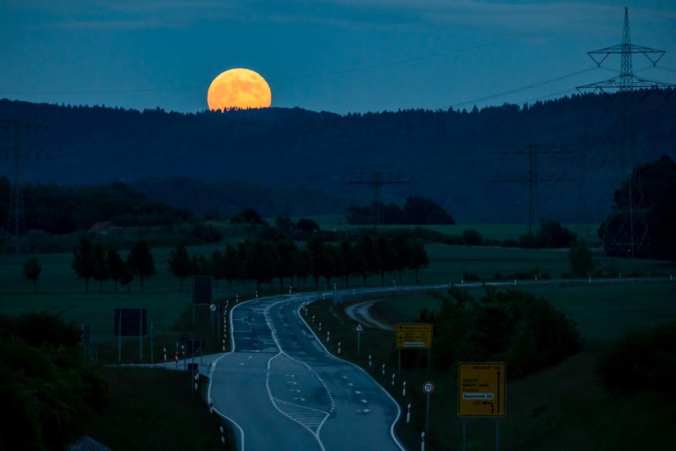 Was für ein Blick. Der Mond zeigt sich von seiner schönsten Seite.