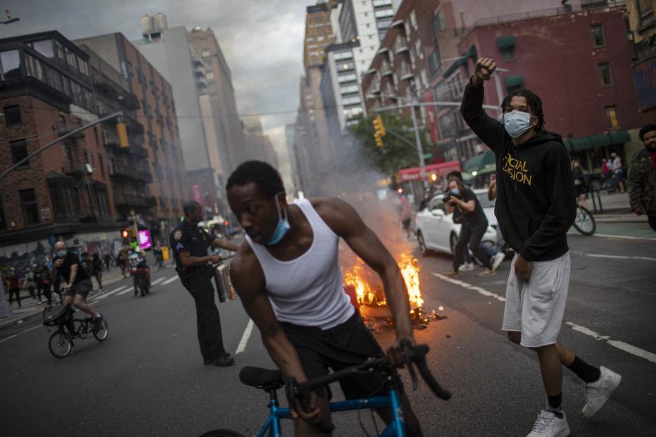 Demonstranten nehmen an einer Demonstration für George Floyd in New York teil. Auslöser für die landesweiten Proteste war der Tod des Afroamerikaner George Floyd infolge eines brutalen Polizeieinsatzes in Minneapolis.