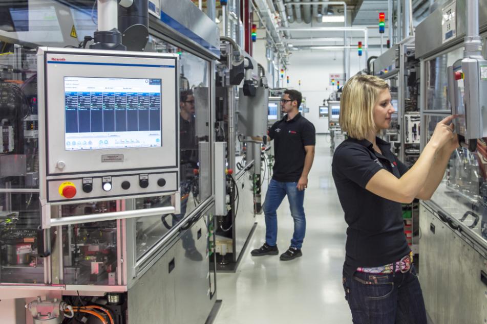 Mitarbeiter der Robert Bosch GmbH arbeiten in einem Werk.