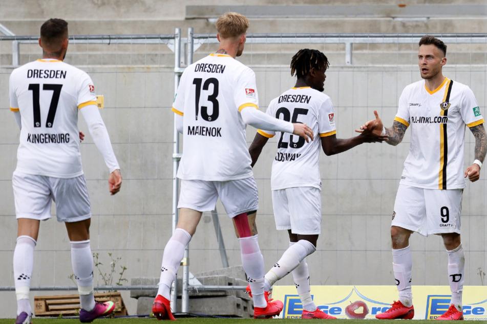 Nach dem zwischenzeitlichen 2:2-Ausgleich wird der Dynamo-Angreifer Patrick Schmidt (rechts) von seinen Mitspielern gefeiert. Später flog er noch mit Gelb-Rot vom Platz.