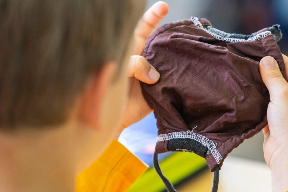 Nach dem Ende der Sommerferien gilt eine Maskenpflicht für alle Schüler im Unterricht. (Symbolbild)