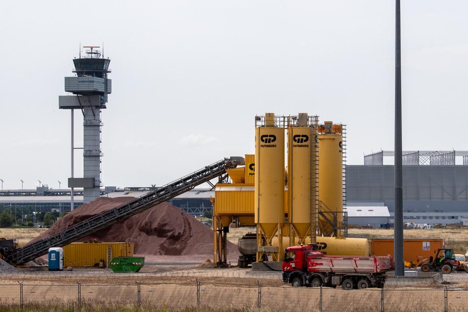 Die Bauarbeiten für die Erneuerung der Start- und Landebahn Nord laufen auf Hochtouren.