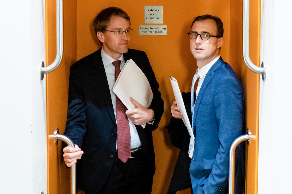 Dirk Schrödter (r.), Leiter des Staatskanzlei, steht mit Daniel Günther (CDU) in einem Paternoster.
