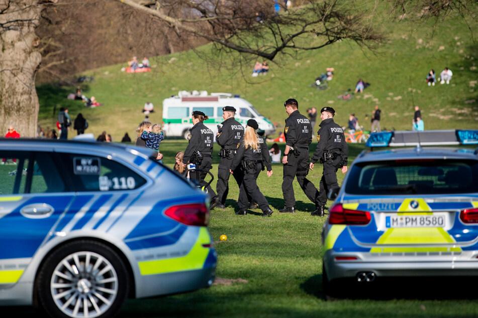 Polizisten patrouillieren durch den Englischen Garten in München.
