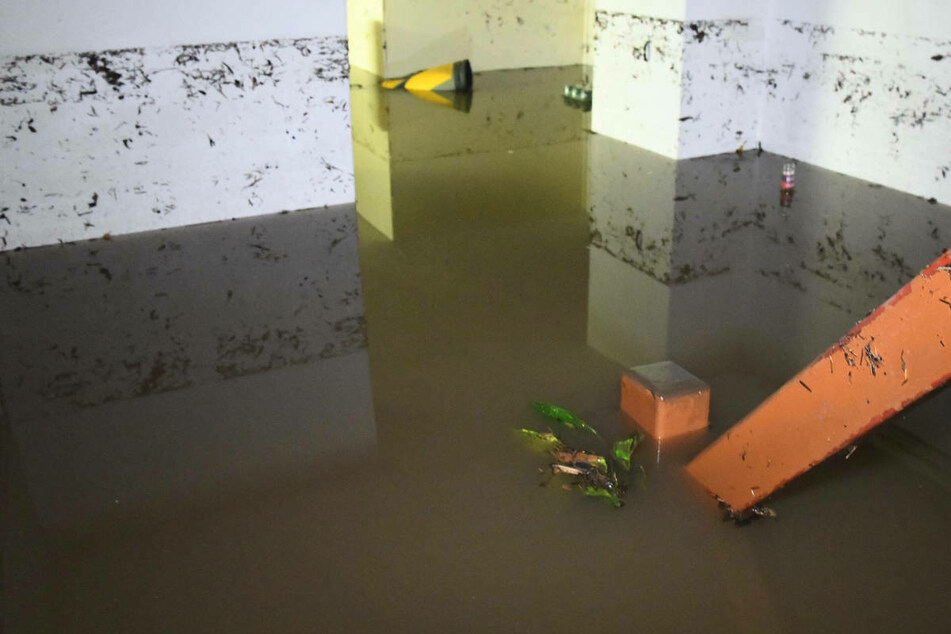 Ein Keller steht nach einem Unwetter unter Wasser. In Prenzlau mussten am Mittwoch Kinder nach einem Wassereinbruch in einer Kita in Sicherheit gebracht werden. (Symbolfoto)