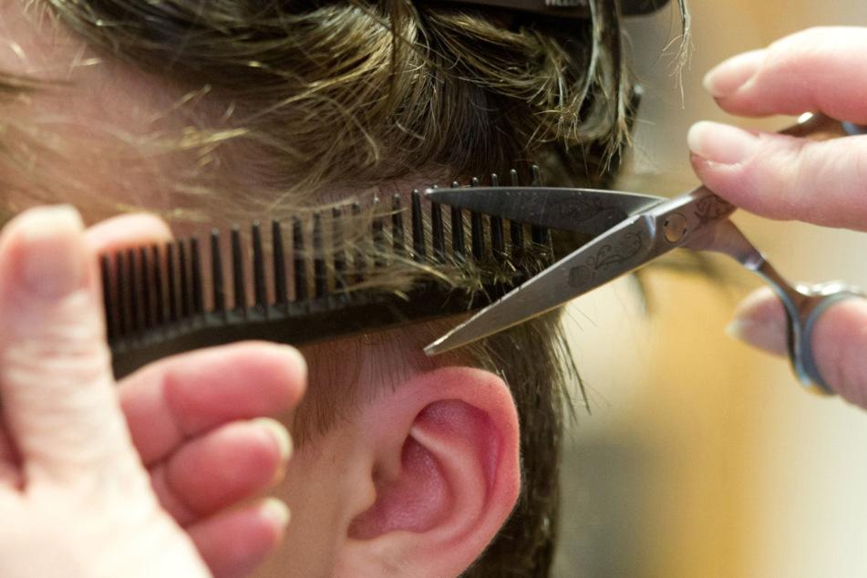 Warnung vor heimlichen Friseur-Terminen zuhause