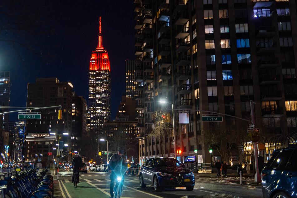 Das Empire State Building nutzt seine (rote) Beleuchtung für verschiedene Anlässe. Um auf die Corona-Toten hinzuweisen, für erfolgreiche NASA-Projekte (Foto) oder auch, um den FC Bayern zu ehren. (Archiv)
