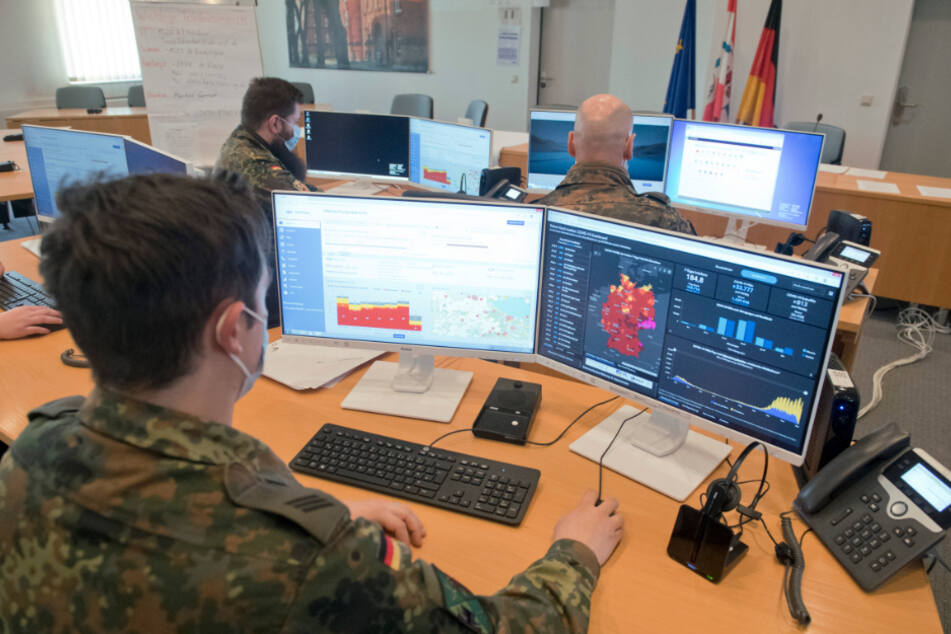 Soldaten unterstützen im Landratsamt Vorpommern-Greifswald am Standort Pasewalk das Gesundheitsamt bei der Corona-Kontaktnachverfolgung.