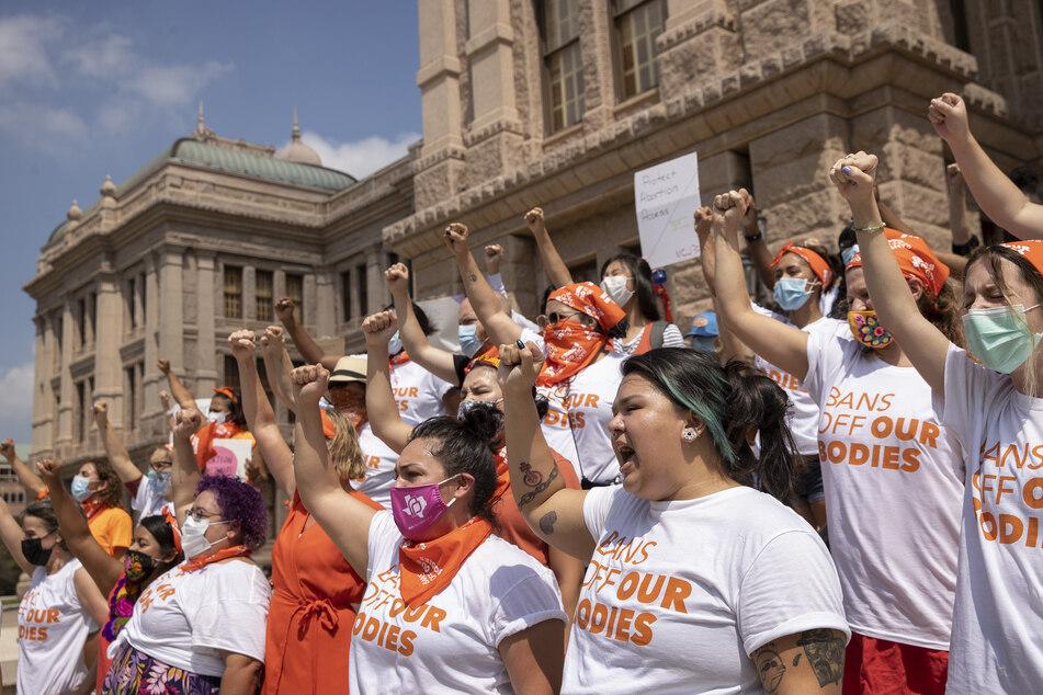 Frauenrechtsorganisationen fürchten eine Jagd auf alle, die Schwangere bei Abtreibungen unterstützen.