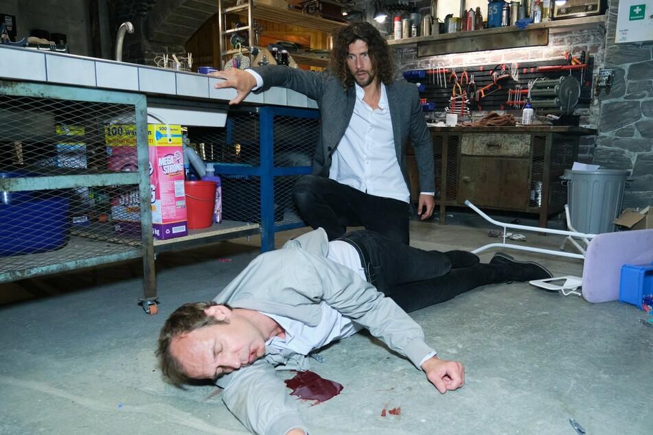 Bewährungshelfer Marius Popovic (Torsten Knippertz) geht nach einer Attacke von Luke Färber (Jakob Graf) zu Boden.