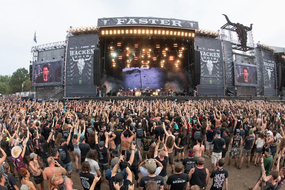Zahlreiche Festivalbesucher stehen vor der Hauptbühnen des Wacken Open Air Festivals: 2022 soll es wieder stattfinden.
