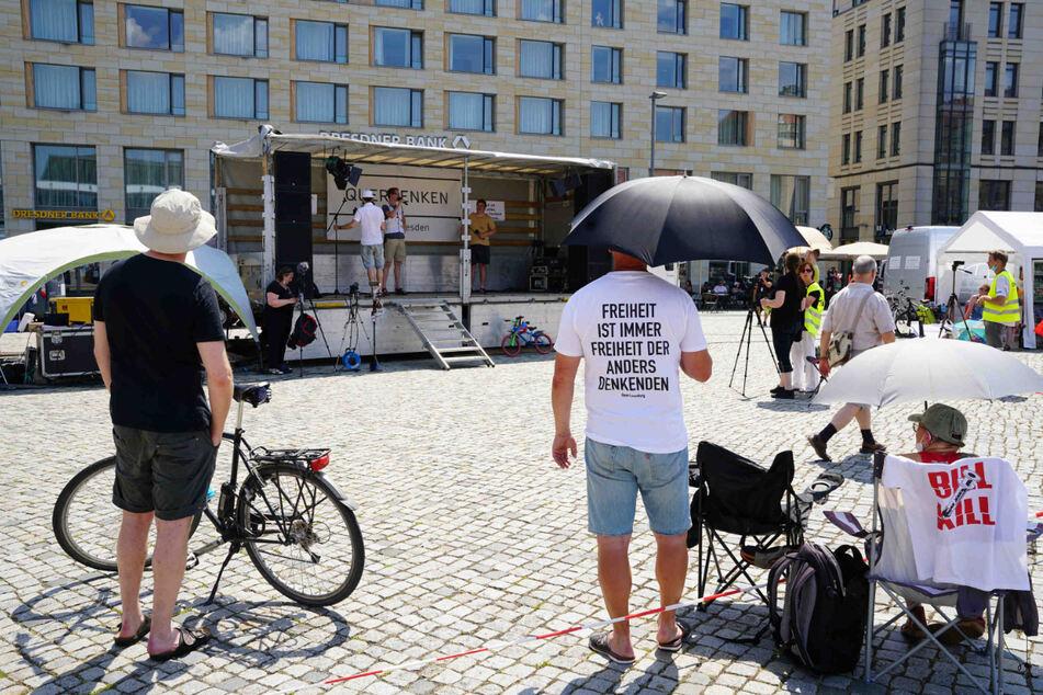 Anhänger von Querdenken halten auf dem Altmarkt eine Kundgebung ab.