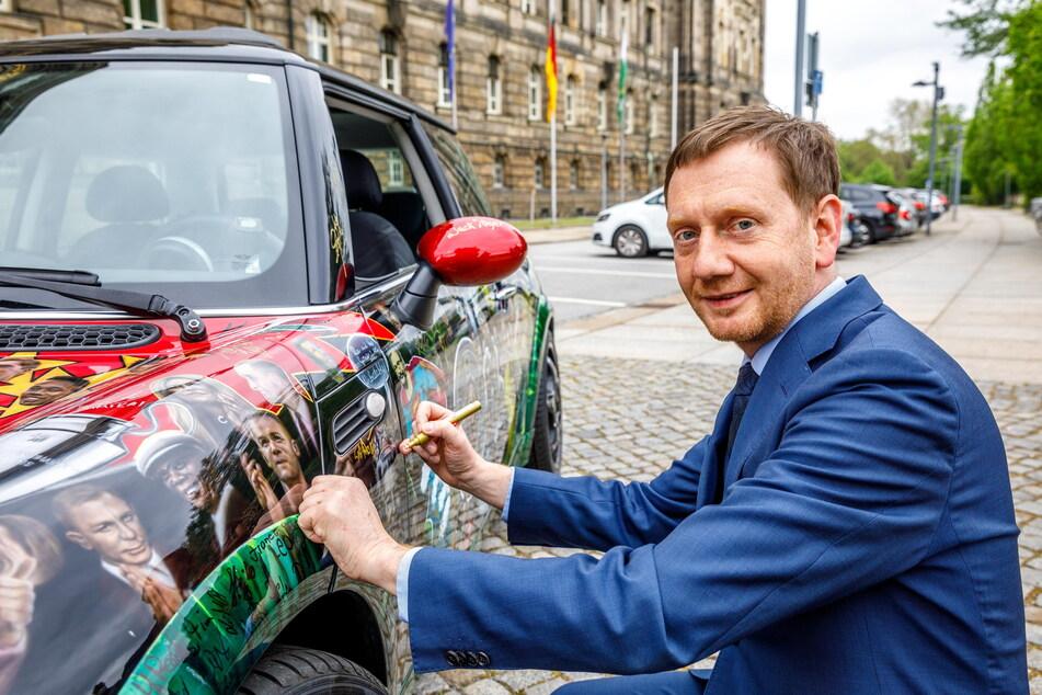 Autogramm auf Blech: Regierungs-Chef Kretschmer unterzeichnete persönlich auf dem Klopp-Mini.