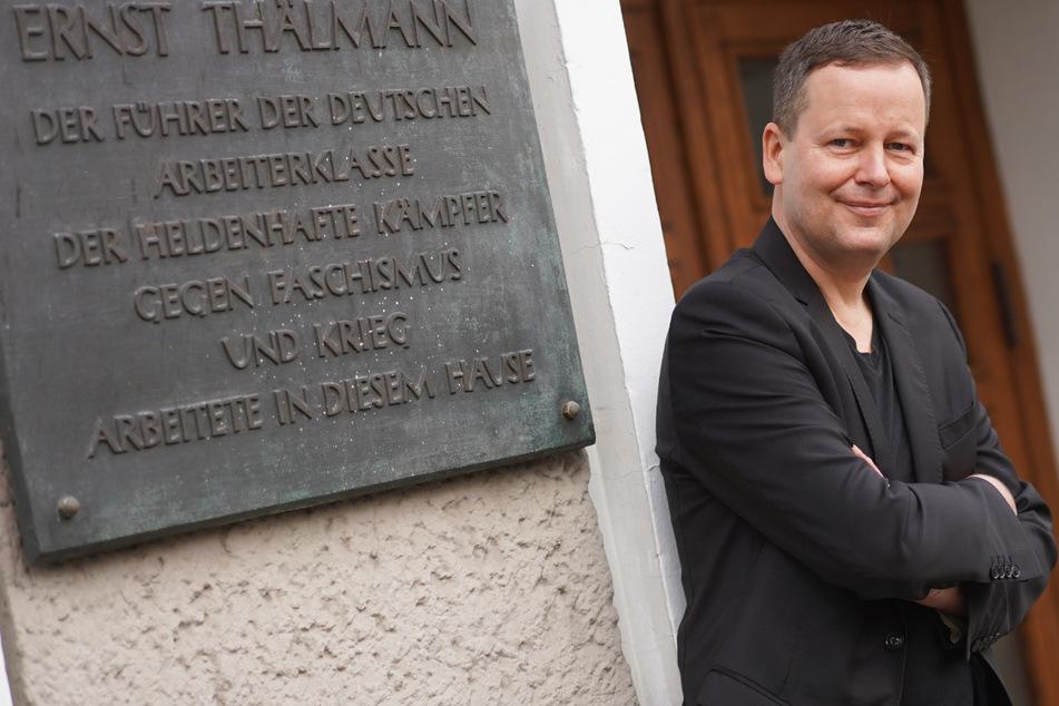Klaus Lederer (Die Linke), Berlins Kultursenator und designierter Spitzenkandidat seiner Partei zur Abgeordnetenhauswahl, steht im Rahmen einer Pressekonferenz, bei der er den Wahlprogrammentwurf seiner Partei für die Abgeordnetenhauswahl 2021 vorgestellt hat, vor dem Karl-Liebknecht-Haus.