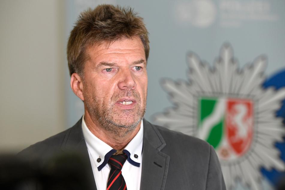 """Gerhard Hoppmann von der Polizei Krefeld, Leiter der """"Mordkommission Sandkuhle"""", spricht auf einer Pressekonferenz zu einem Mordfall von 1996."""