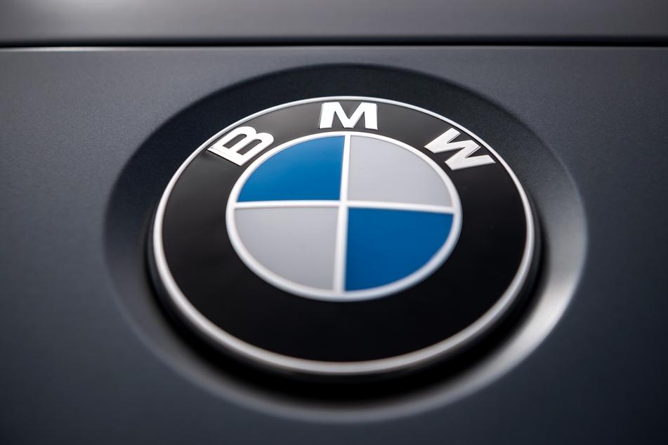Logo des Münchner Automobilherstellers BMW. (Foto: Sina Schuldt/dpa)