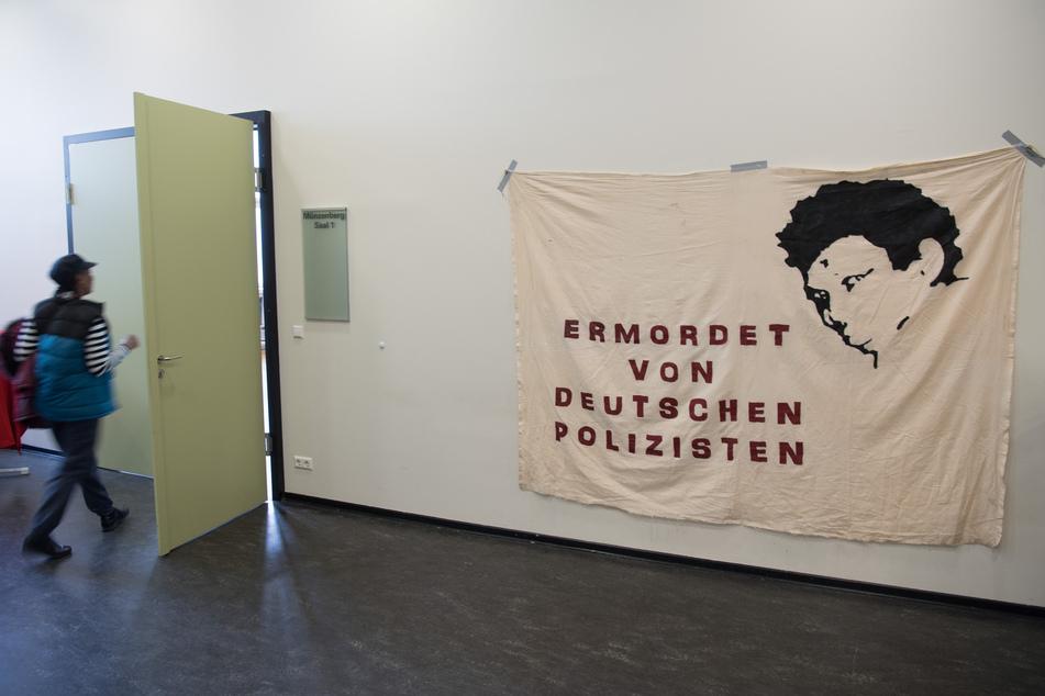 """Transparent mit dem Aufdruck """"Ermordet von deutschen Polizisten"""" der Initiative in Gedenken an Oury Jalloh."""