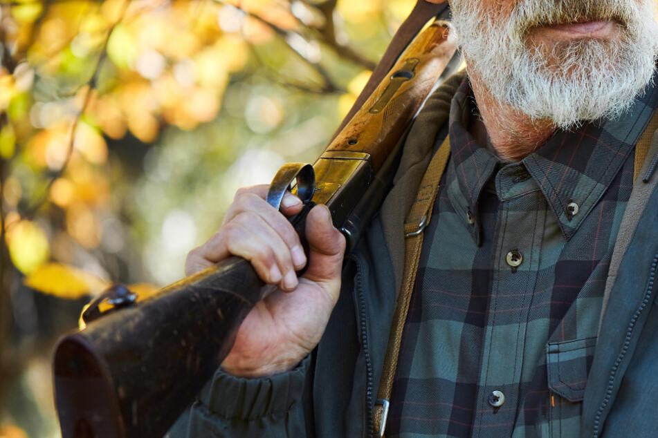 Senior (80) reinigt sein Gewehr, dann löst sich ein Schuss