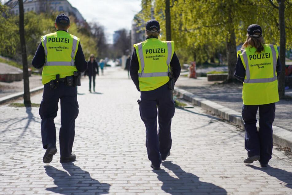 Ein Kommunikationsteam der Polizei geht Streife im Mauerpark.