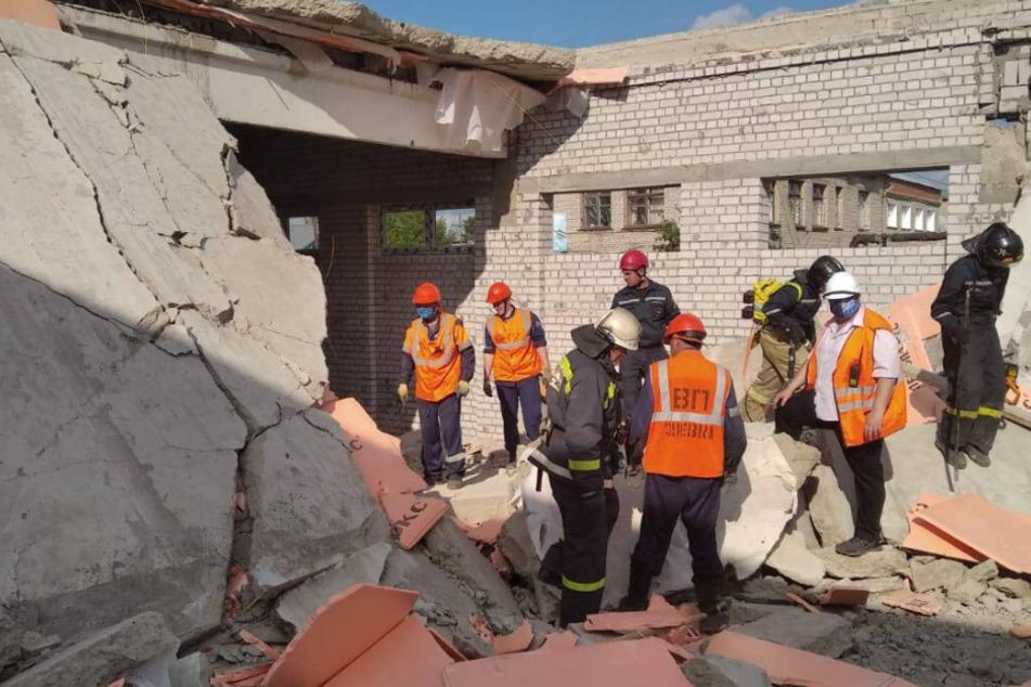 Einkaufszentrum im Rohbau stürzt ein und verschüttet Arbeiter, drei sterben