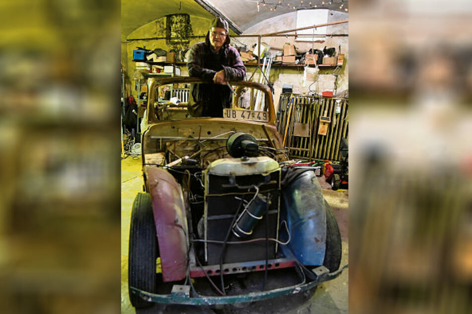 Mit Lederkappe steht der Oldtimer-Fan in dem Cabrio von 1938. Gekauft hatte er den Opel bereits 1969.