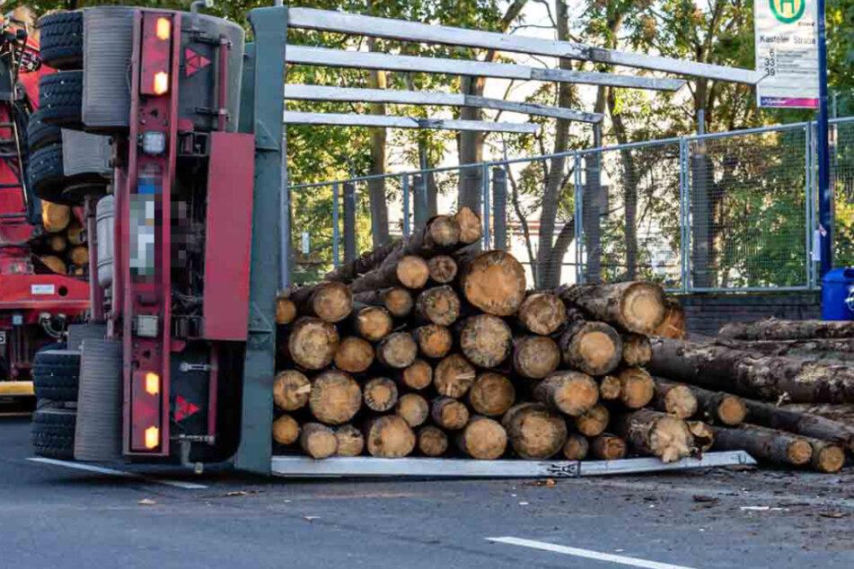 Holz-Transporter kippt an Bushaltestelle um: Frau (21) von Baumstamm getroffen