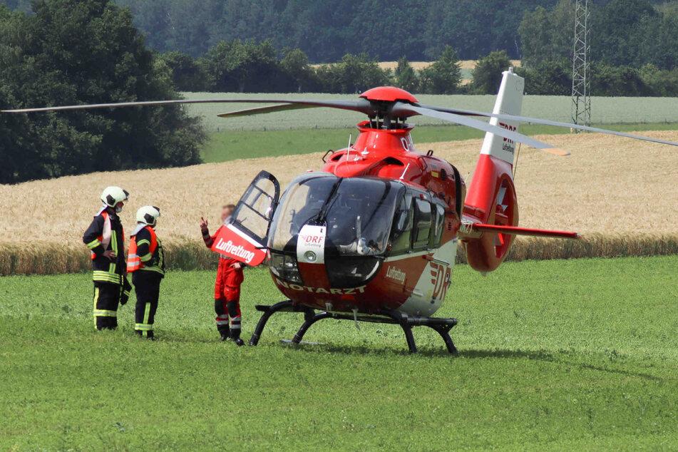 Ein Rettungshelikopter landete auf einem Feld nahe der Unfallstelle.