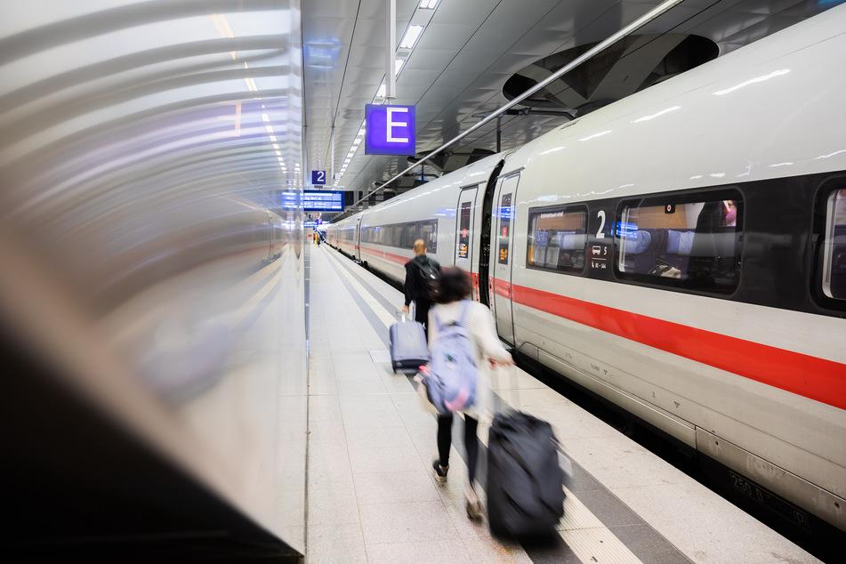 Neben Pendlern sind auch viele Urlauber betroffen, die sich bewusst für das Reisen mit der Bahn entschieden haben.