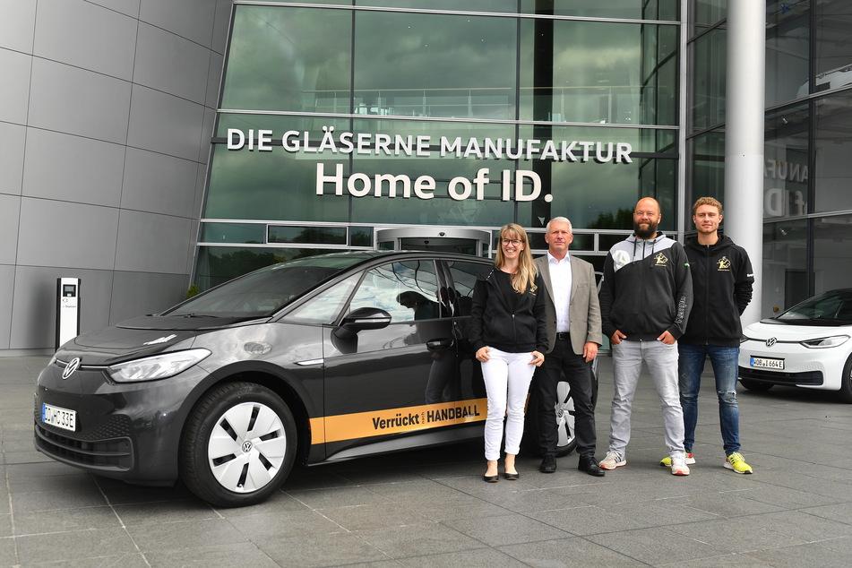 Die Vertreter des HCE mit Präsident Uwe Saegeling (2. v.l.) an der Spitze freuten sich gestern über den neuen VW ID.3.