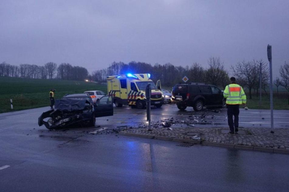 Frontalcrash an Kreuzung: Zwei Schwerverletzte