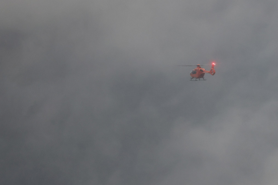 Drama in den Alpen: Urlauber stürzt 100 Meter in die Tiefe, Nebel behindert Retter