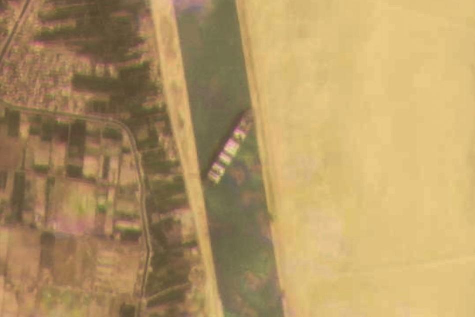 """Auf dem Satellitenbild ist deutlich zu sehen, dass die """"Ever Given"""" den Suezkanal blockiert."""