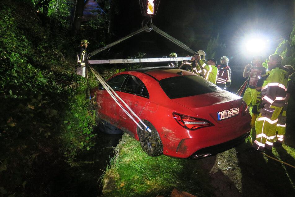 Der Mercedes wurde mit einem Autokran aus dem Floßgraben gehoben. Die Bergungsarbeiten waren am Freitag gegen 0.20 Uhr beendet.