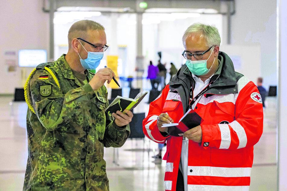 Bundeswehr und DRK arbeiten im Impfzentrum Hand in Hand.