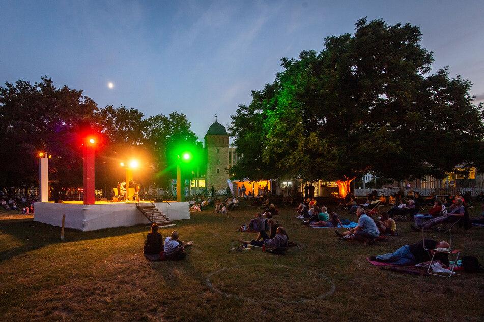 Abends vorm Roten Turm: Der Parksommer ist auch diesen Sommer gut besucht.