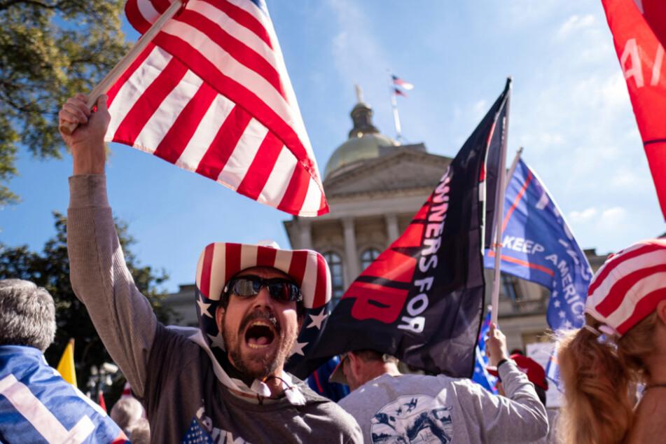 Atlanta: Rusty Albietz aus Blairsville skandiert zusammen mit Trump-Anhängern gegen die Wahlergebnisse vor dem Georgia State Capitol.