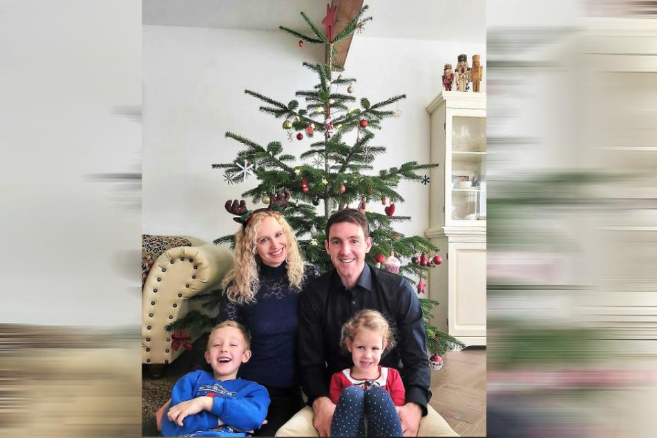Frohes Fest! Torsten Marx mit Ehefrau Nina, Sohnemann Viktor und Töchterchen Elsa vorm Weihnachtsbaum in ihrer Wohnstube.