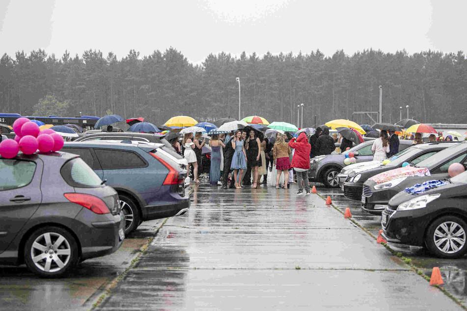 Abiturienten bekamen ihre Zeugnisse in Autos überreicht.