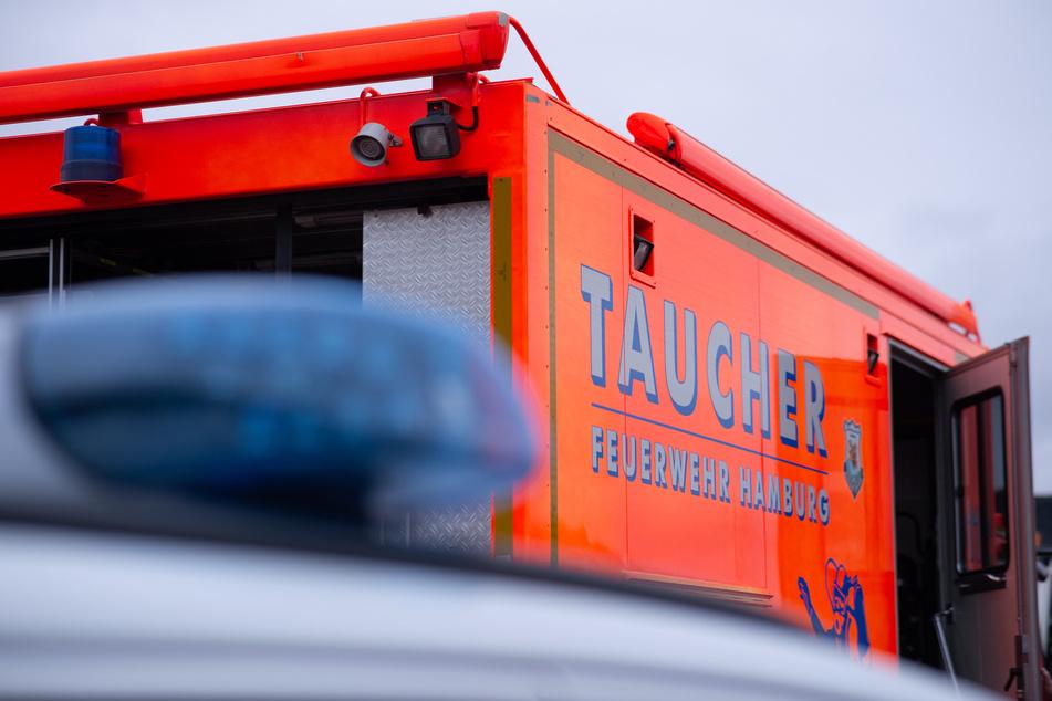 Hamburg: Dramatische Rettung: Feuerwehr zieht Mann aus Kanal