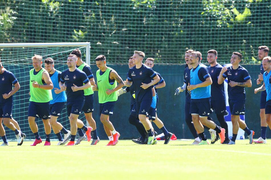 Auftakt in die Zweitliga-Saison 2021/22 für den FC Erzgebirge Aue: Ausgerechnet den bisher heißesten Tag des Jahres hatten sich die Veilchen zum Start ausgesucht.