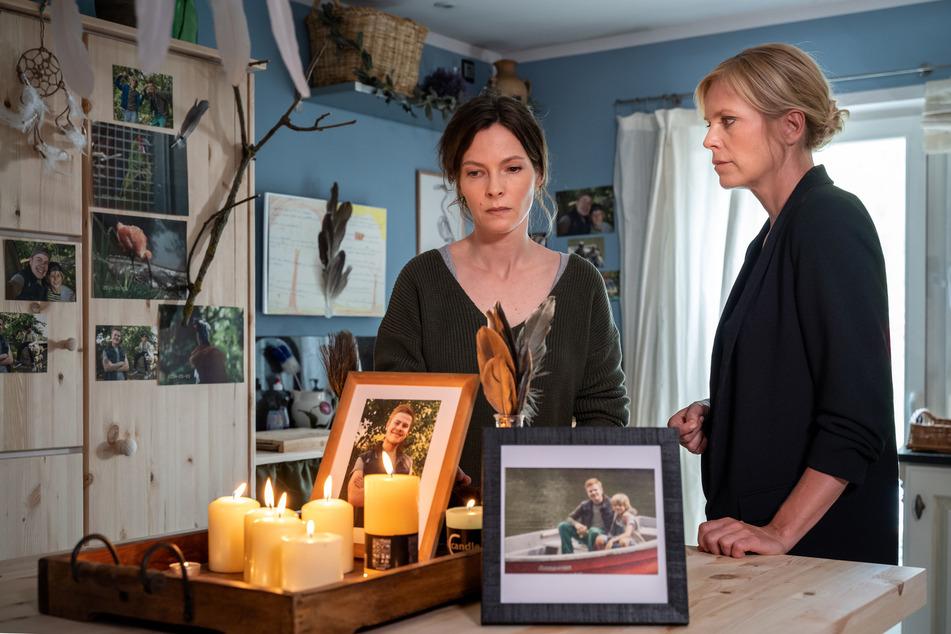 Stefanie Oertel (l.) zeigt Ina Zimmermann das Zimmer ihres toten Sohnes Kennys. Gibt es dort irgendwelche Hinweise?